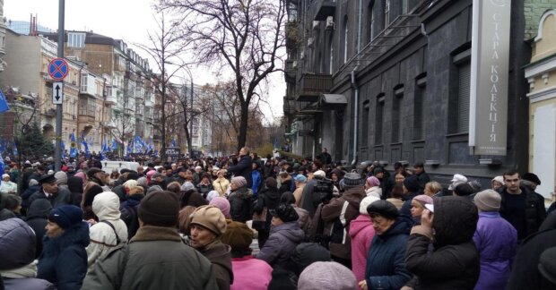 Драка, крики, куски палаток: полиция жестко разогнала митингующих под НБУ
