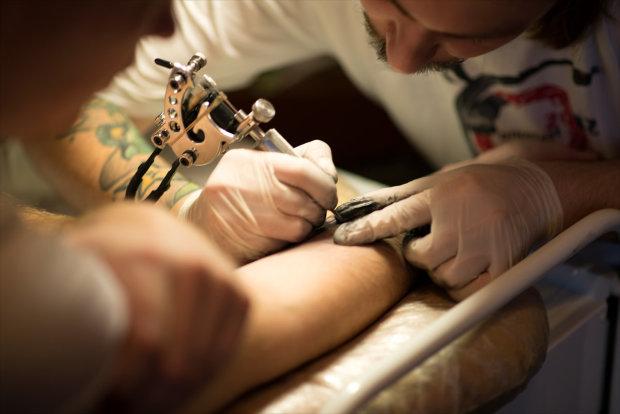 Татуировщик набил клиенту невероятно реалистичный рисунок, соцсети не сразу распознали подвох: супер маскировка от надоедливых, любопытных глаз