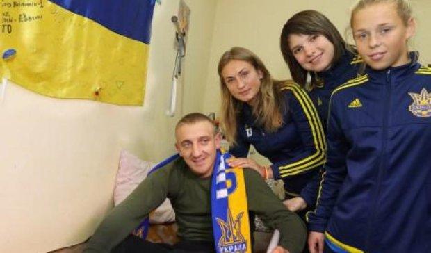 Украинские футболистки проведали бойцов АТО в госпитале (фото)
