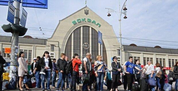 """Украинцы покидают страну каждую минуту, блогер показал Зеленскому пугающую статистику: """"Не сможем разорвать"""""""
