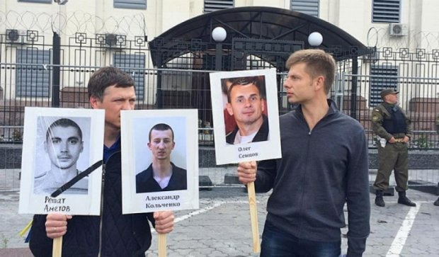 Под  российским посольством требовали освободить политзаключенных