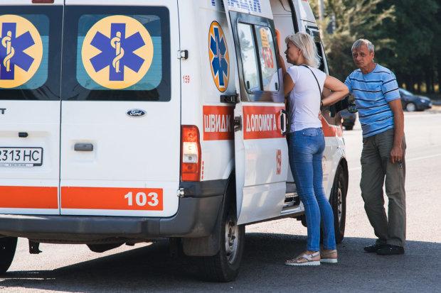 Помирав під сміх перехожих: під Дніпром чоловік впав посеред вулиці, переступали як через сміття
