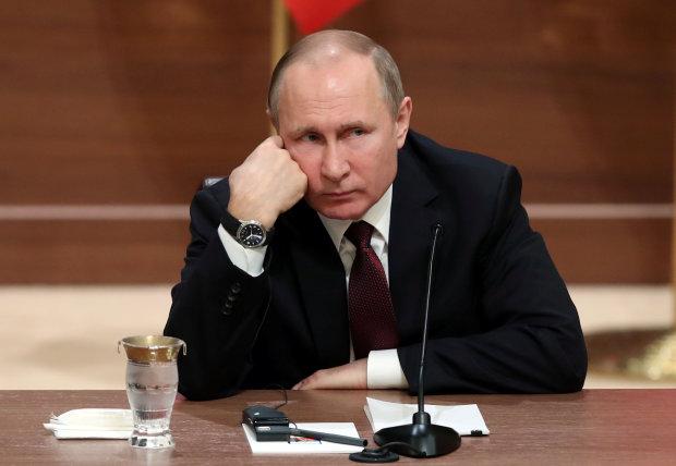 Путін взявся лапати дітей на кладовищі: Росія на вухах, дике відео