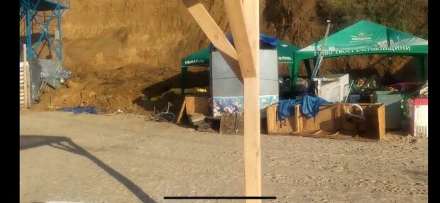В Кирилловке тонны песка обрушились на кафе, туристов едва не похоронило