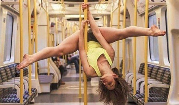 В лондонском метро девушка станцевала на пилоне (фото)