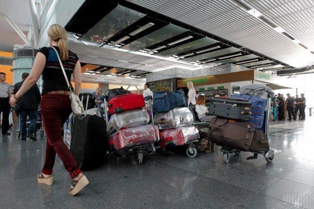 """Разъяренные пассажиры заблокировали аэропорт """"Борисполь"""": вместо моря и песка - сутки на чемоданах"""
