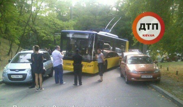"""""""Геній парковки"""" паралізував рух київських тролейбусів"""