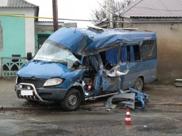 На Миколаївщині КамАЗ зіткнувся з маршруткою