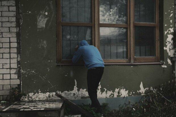 Операція з порятунку злодюжки - горе-грабіжник застряг у вікні на місці злочину, довелося викликати підмогу