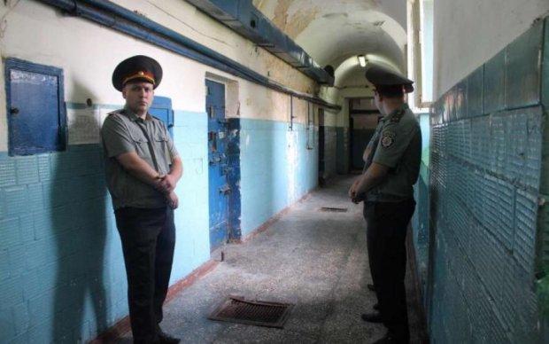 Сотрудница киевского СИЗО заработала на заключенных