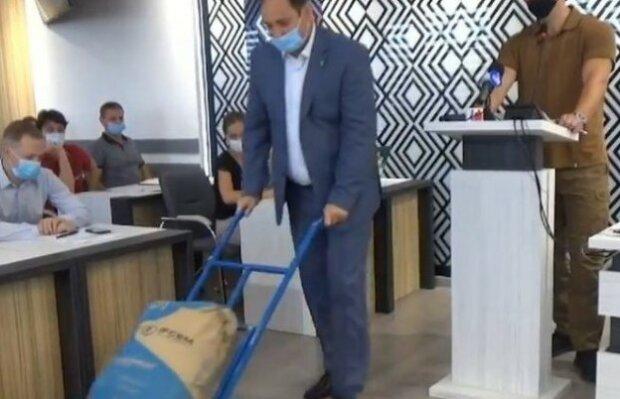"""Мэр Франковска Марцинкив подарил коммунальщикам мешок цемента: """"Плохо работаете"""""""