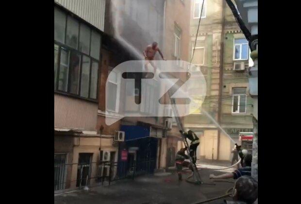 В Киеве загорелась квартира, но голый владелец не разрешил тушить - прыгал на шланги и визжал