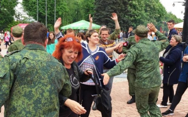 """Чебурашка і дружина Путіна: чим, окрім ветеранів, хвалилися на параді в """"ДНР"""""""