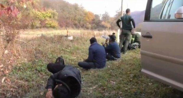 12 нелегалов из Закарпатья попались копам в Словакии: как они уместились в это авто - загадка, видео