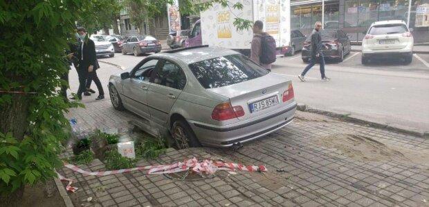 """У Харкові """"зальотні"""" студенти втратили колеса через їзду по тротуару, - """"застрягли в текстурах"""""""