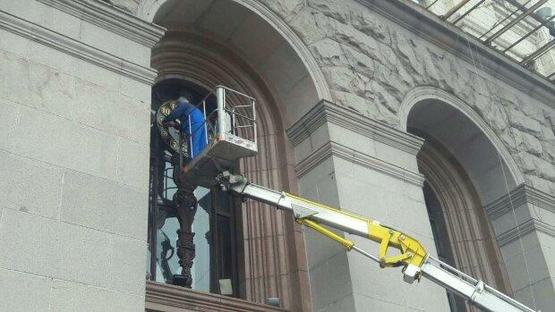 На Хрещатику відновили гігантський годинник часів Євромайдану: фото