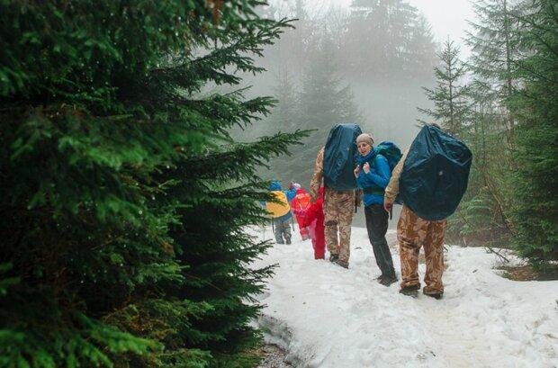 Игра в снежки вместо шашлыков: в Карпатах аномальная погода, фото