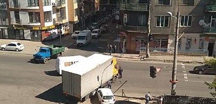 """У Франківську вантажівка знесла легковик і """"припаркувалася"""" у стовп - дику НП зловила камера"""