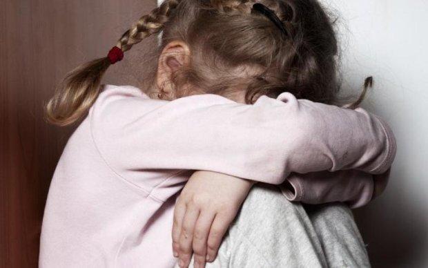 Надивилися фільмів для дорослих:  підлітки жорстоко познущалися над 8-річною крихіткою