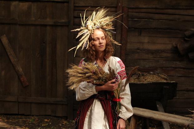 """Катя Ковальчук рассказала о самом страшном моменте 2 сезона """"Крепостной"""": """"Закапывали в землю и пороли по-настоящему"""""""