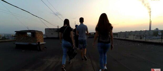 Подростки на крыше, фото: скриншот из видео