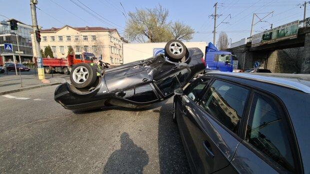 Жуткое ДТП потрясло Киев - Volkswagen перевернулся на крышу и раздавил  Audi, первые подробности