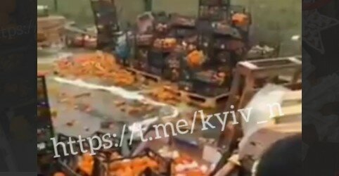 """Київські продавці викинули тонни непроданих на Новий Рік мандарин: """"Жадібність фраєра згубила"""""""
