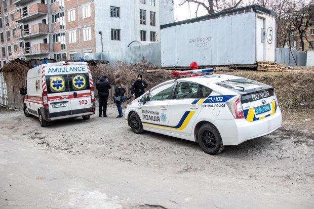 Без взуття і з SIM-картою на обличчі: у Києві виявили тіло чоловіка за дивних обставин