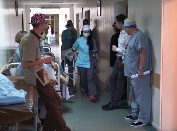 медперсонал, скріншот з відео