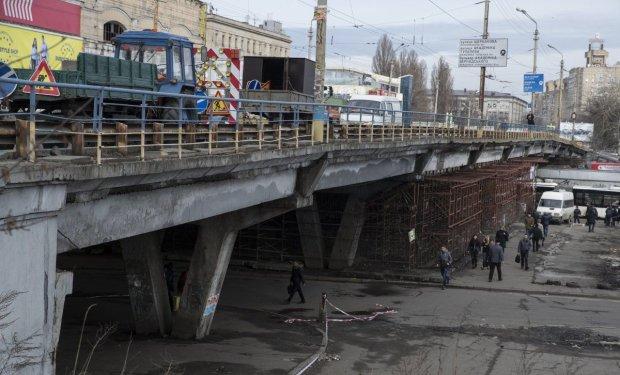 """Шулявский путепровод официально стал """"Мостом позора"""": фотофакт"""