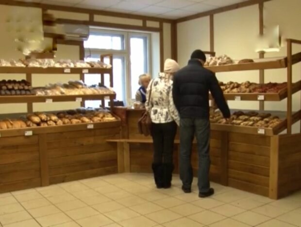 """Чернівчанин купив буханець хліба з дивною """"начинкою"""", таке краще не їсти - """"Як у кіндер-сюрпризі!"""""""