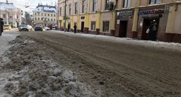 Центр Чернівців перетворився на сміттєковзанку, ні пройти ні проїхати: де комунальники?