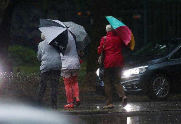 Погода в Одесі на 12 липня: стихія викупає українців під крижаним водоспадом, не врятують навіть парасолі