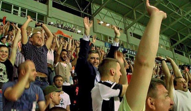 Саакашвили посмотрел футбол с детьми из интерната (фото)