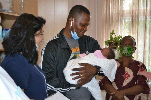 """У Тернополі африканець забрав з лікарні новонароджену донечку після смерті дружини: """"Сльози лилися рікою"""""""