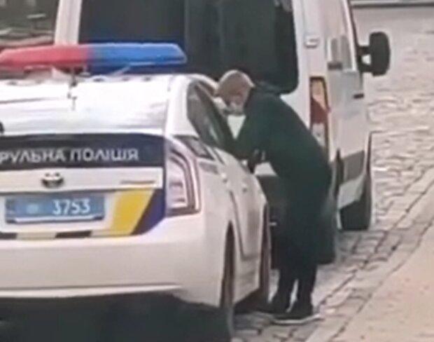 Львів'яни підловили копів на ганебному занятті, брали це до рук не соромлячись
