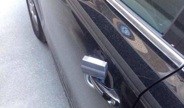 Новый вид мошенничества: амбарные замки на дверях авто
