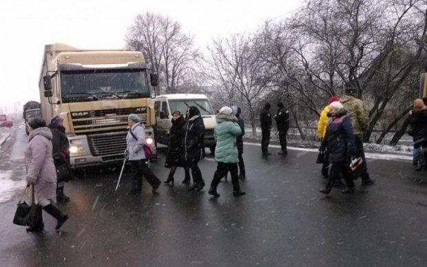 Основные трассы Украины перекрыли, водители в ловушке