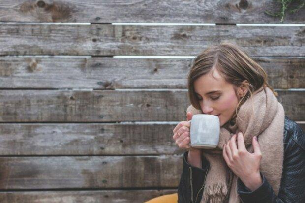 Девушка пьет чай, фото FireStock