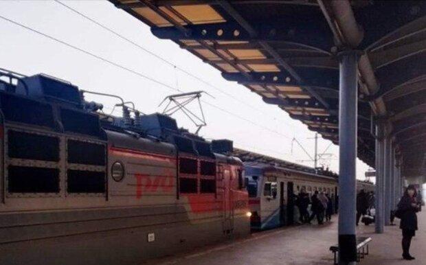 """Поїзди РЗД возять іржаві склади """"Укрзалізниці"""": у мережі показали ганебні фото"""