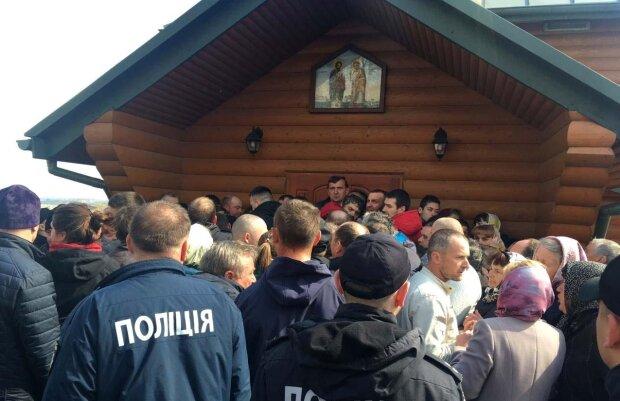 З Богом і кулаками: розлючені віряни на Львівщині розгромили будинок священика, відео розправи