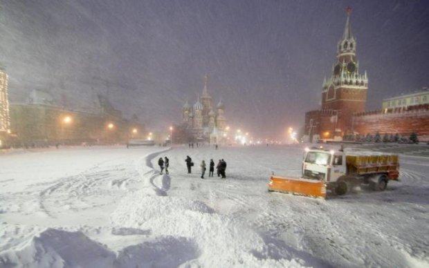 Ни выехать, ни вылететь: мощнейший снегопад натворил бед в Москве