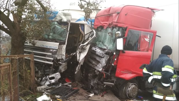 Вантажівка зім'яла вщент переповнений автобус: українці не можуть оговтатись від трагедії