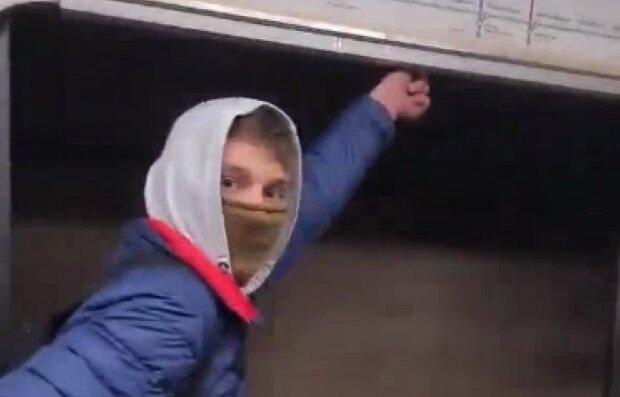 У Києві хлопець відкрив двері метро на повному ходу: пасажири в жаху, а він задоволений