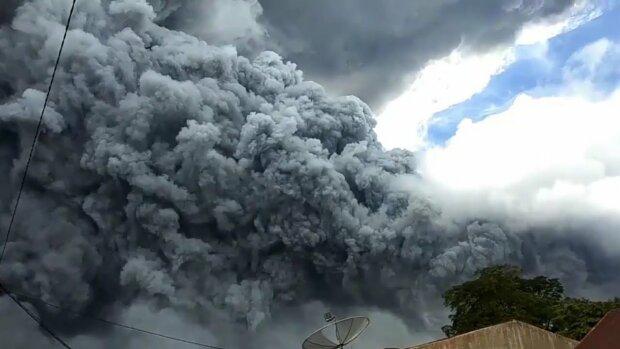 Гігантська хмара попелу: прокинувся вулкан, який спав 400 років
