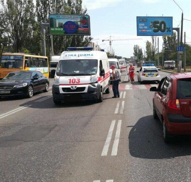 Намотала на колеса: в Одесі подружка Зайцевої протаранила натовп мітингувальників