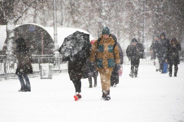 В Украину вернулся снег среди лета: кадры неожиданной аномалии, это шок