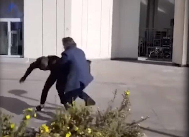 Одіозний адвокат Єфремова влаштував побоїще на вулиці — валив з ніг просто як Конор Макгрегор