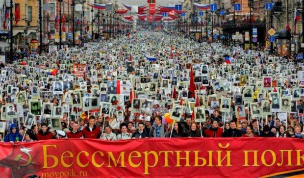 """Россияне выбрасывали портреты """"погибших родственников"""" после парада в мусорки"""