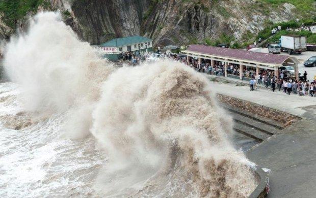Тайфун-убийца парализовал целую страну, авиарейсы отменили, люди готовятся к самому страшному